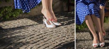 Close-up van benen van het meisje Een vrouw ging zitten om te rusten en steeg zijn schoenen op De vrouw meet de schoenen stock foto