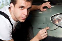 Close-up van beschadigde auto die door werktuigkundige wordt geïnspecteerdt Stock Foto's