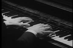 Close-up van bevende handen die piano proberen te spelen stock footage