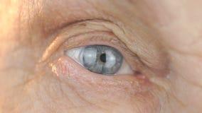 Close-up van blauw oog van een verouderde vrouw de jaren '80 stock videobeelden
