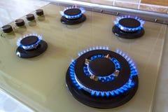 Close-up van blauwe brand van binnenlandse keukenfornuis dat wordt geschoten Gas cooke royalty-vrije stock foto's