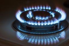 Close-up van blauwe brand van binnenlandse keukenfornuis dat wordt geschoten Gas cooke stock foto's