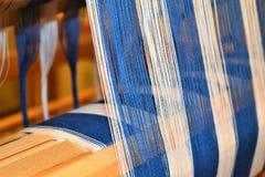 Close-up van Blauwe en witte gestreepte afwijking weaving Handweaving textiel vezel royalty-vrije stock afbeeldingen
