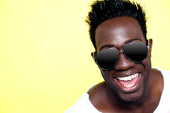 Close-up van blije jonge Afrikaanse kerel in zonnebril Royalty-vrije Stock Fotografie
