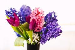 Close-up van bloemen in vaas stock foto's
