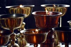 Close-up van Boeddhistisch ritueel de kaars Boeddhistisch klooster van de olielamp Royalty-vrije Stock Foto's