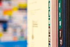 Close-up van boek met gekleurde lusjes Stock Afbeelding