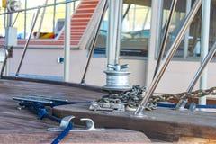 Close-up van boog op oude houten boot met ankerketting en meertroskabel met andere erachter vage boten Stock Afbeeldingen