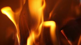 Close-up van brand het branden in langzame motie
