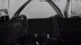 Close-up van brief dat op een ouderwetse schrijfmachine wordt getypt stock footage