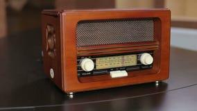 Close-up van bruine oude uitstekende radio met wijzerplaten stock footage