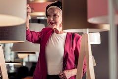 Close-up van buitensporig zeventig-jaar mevrouw die voguish leerbaret dragen stock afbeelding