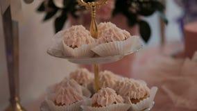 Close-up van cakes met room capcake op feestelijke lijst wordt geschoten die stock videobeelden