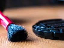Close-up van camera schoonmakende borstel en lens GLB wordt geschoten dat Royalty-vrije Stock Foto
