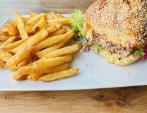 Close-up van cheeseburgers op een plaat royalty-vrije stock fotografie