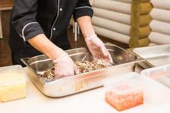 Close-up van chef-kok het koken van het het restaurantknipsel van de voedselkeuken van de kokhanden van de het hotelmens het mess royalty-vrije stock afbeelding