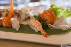 Close-up van Chinees voedsel met sushi die op verschillende manieren worden voorbereid en worden verfraaid stock afbeelding