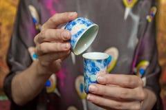 Close-up van Chinese kop en kom in handen Royalty-vrije Stock Foto's