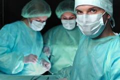 Close-up van chirurgen die handeling uitvoeren Nadruk op mannelijke arts Geneeskunde, chirurgie en noodsituatiehulpconcepten royalty-vrije stock foto's