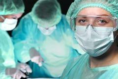 Close-up van chirurgen die handeling uitvoeren nadruk op vrouwelijke arts Geneeskunde, chirurgie en noodsituatiehulpconcepten stock foto's