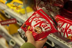 Close-up van chocolade van Kit Kat-merk van Nestle-bedrijf ter beschikking bij Super u-supermarkt royalty-vrije stock foto's