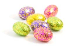 Close-up van chocoladeeieren in kleurrijk verpakkingsmateriaal Stock Fotografie