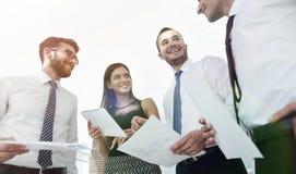 Close-up van commercieel team die het werkdocumenten bespreken stock fotografie
