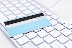 Close-up van creditcard op een PC Royalty-vrije Stock Afbeeldingen