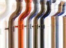 Close-up van dakgoot en downspout Verschillende kleurenopties stock afbeeldingen