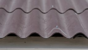 Close-up van daktegels thuis De gebogen golvende daktegel van huis wordt gemaakt praktisch en voorzichtig Praktisch dakontwerp stock footage