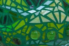 Close-up van de bal van de mozaïektuin in schaduwen van groen van gebrandschilderd glastegels wordt gemaakt, abstract ontwerp voo Royalty-vrije Stock Fotografie