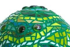 Close-up van de bal van de mozaïektuin in schaduwen van groen van gebrandschilderd glastegels wordt gemaakt, abstract ontwerp voo Stock Foto's