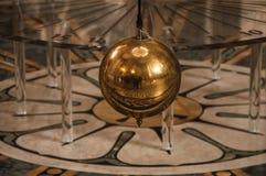 Close-up van de beroemde Foucault-bal die van het Slingerkoper binnen het Pantheon in Parijs slingeren royalty-vrije stock fotografie
