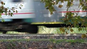 Close-up van de bewegende trein en de spoorweg stock videobeelden