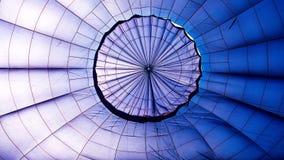 Close-up van de binnenkant van een blauwe hete luchtballon royalty-vrije stock foto