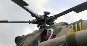 Close-up van de bladen van een helikopter` s rotor Helikopterdelen Russische Militaire Helikopter stock videobeelden