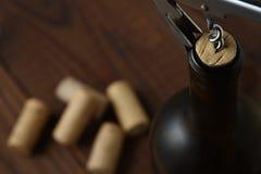Close-up van de bovenkant van een rode wijnfles met cork die worden teruggetrokken stock fotografie