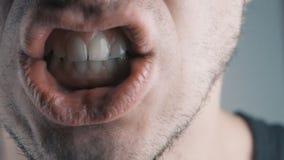 Close-up van de boze mens die tegen witte achtergrond gillen stock videobeelden