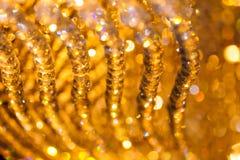 Close-up van de decoratie van de kristalkroonluchter met gouden licht wordt geschoten dat Royalty-vrije Stock Foto
