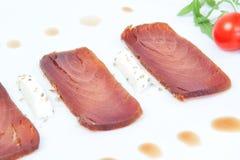 Close-up van de drie plakken van gerookte tonijn. Stock Foto