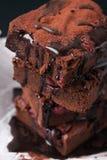 Close-up van de eigengemaakte cakes van chocolade zoete brownies met kers en chocoladesaus of stroop Royalty-vrije Stock Afbeelding