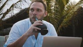 Close-up van de gelukkige midden oude creatieve freelance arbeidersmens wordt geschoten die gebruikend laptop om online onder pal stock footage