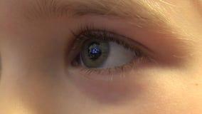 Close-up van de Gelukkige Ogen die van het Babymeisje TV, Bezinningen in Ogen kijken 4K UltraHD, UHD stock video