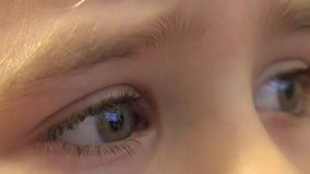 Close-up van de Gelukkige Ogen die van het Babymeisje TV, Bezinningen in Ogen kijken 4K UltraHD, UHD stock footage