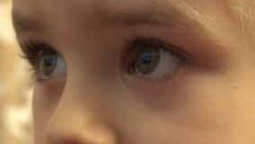 Close-up van de Gelukkige Ogen die van het Babymeisje TV, Bezinningen in Ogen kijken 4K UltraHD, UHD stock videobeelden