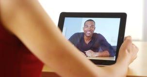 Close-up van de gelukkige zwarte mens die op tablet spreken stock afbeelding
