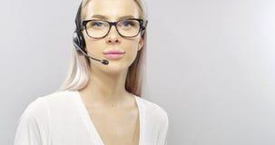 Close-up van de glimlachende klantendienst of een steun representatief met hoofdtelefoon stock afbeelding