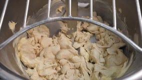 Close-up van de hand die van de bakker een beetje van zuivelindustrieboter binnen toevoegen aan andere ingredi?nten in een profes stock fotografie