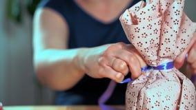 Close-up van de hand die van een vrouw een gift inpakken stock videobeelden