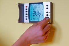 Close-up van de hand die van een vrouw de kamertemperatuur op een wijze plaatsen Stock Afbeeldingen